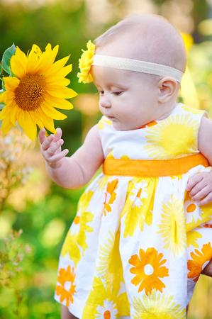 ひまわりの臭いがする黄色いドレスを着た美しい少女。