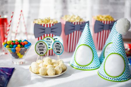 urodziny: Przygotowany stół urodzinowy z pięknymi dekoracjami. Zdjęcie Seryjne
