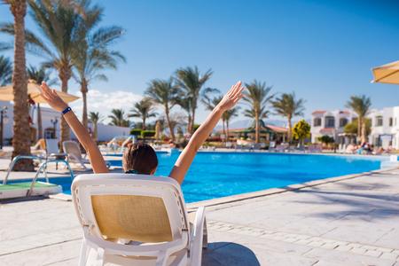 gente adulta: mujer tendida en una tumbona junto a la piscina. Relajarse en el mar