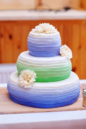 cake tier: Ttraditional three tier wedding cake with daisy flower decorations. Stock Photo