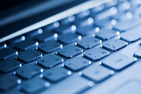 teclado de ordenador: Cierre para arriba del teclado de un ordenador portátil moderno.
