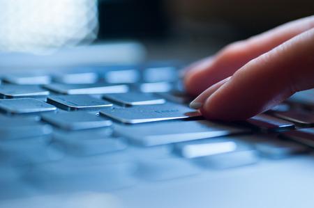 teclado: Escribir en el teclado de la computadora port�til de manos de cerca Foto de archivo