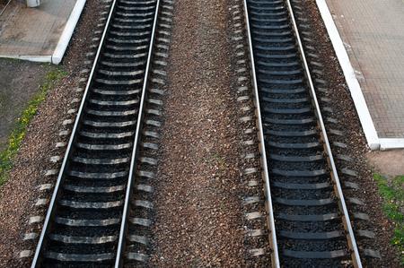 railroad tracks met railroad switch twee paden komen bij elkaar. Stockfoto