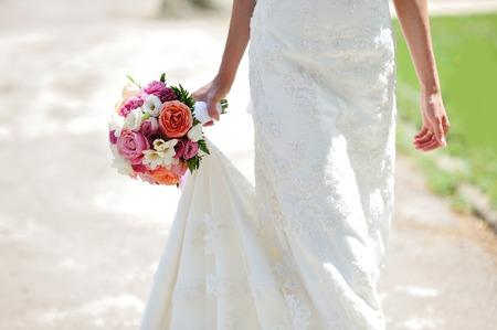 pareja de esposos: Ramo de boda en manos de la novia  Foto de archivo