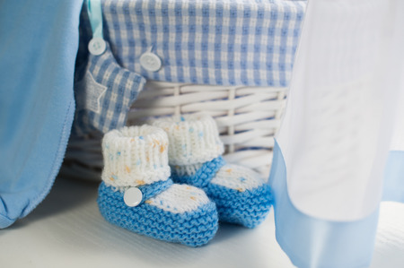 Blu baby boy scarpe in camera dei bambini.