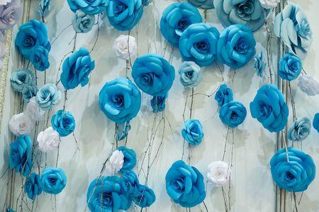 Fond floral romantique avec des fleurs en papier bleu pour le décor de mariage.