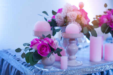 decoration of flowers and candles at the wedding table in a restaurant Standard-Bild