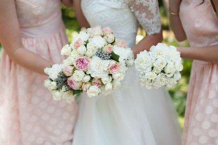 新婦の手で花束を結婚式での花とピンクの彼女の花嫁介添の人 写真素材