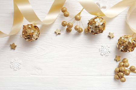 Draufsicht des Modell-Weihnachtsdekors und Goldball, Flatlay auf einem weißen hölzernen Hintergrund mit einem Band, mit Platz für Ihren Text Standard-Bild