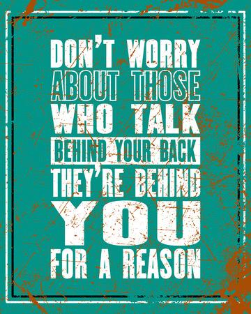 Preventivo motivazione ispiratore con testo Non preoccuparti di quelli che parlano dietro la schiena Sono dietro per un motivo. Manifesto di tipografia di vettore e design di t-shirt. Distressed vecchia struttura in metallo
