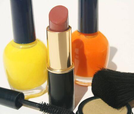 Esmalte de uñas y lápiz labial rimel base sobre fondo blanco  Foto de archivo - 3312840