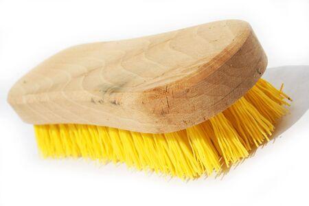 Schrobben penseel met gele polyester haar en hout greep tegen een witte achtergrond