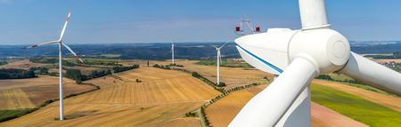 Banner-Luftbild und Nahaufnahme einer Windkraftanlage