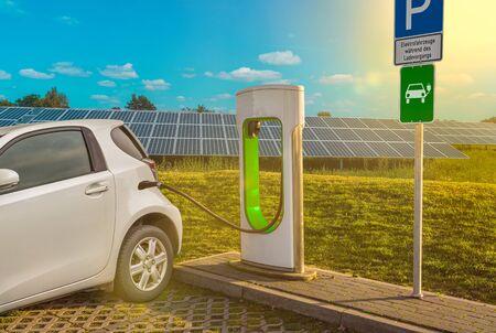 Elektroladestation Elektroauto Weiß Solaranlage Kraftstoffpumpe