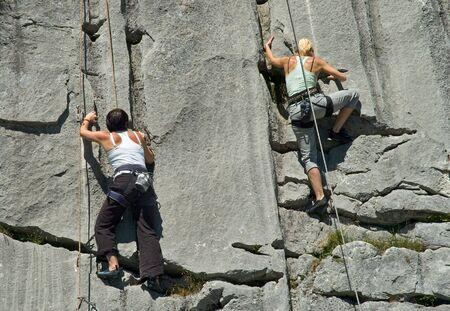 Dos mujeres alpinistas escalada de roca caliza en Suiza  Foto de archivo - 3337961