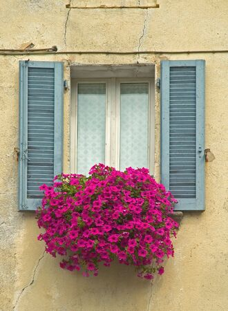 Oude Window met shutters en Window doos met bloemen