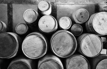 whisky: Vieux Barils en bois pelées dans une pile