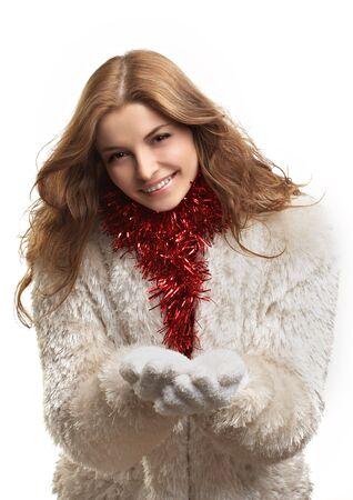 bontjas: Mooie jonge vrouw in bontjas op de witte achtergrond