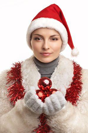 bontjas: Mooie jonge vrouw in bontjas en rode hoed met ballen op de witte achtergrond Stockfoto