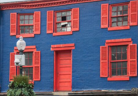 plats: Dark blue house with red plats