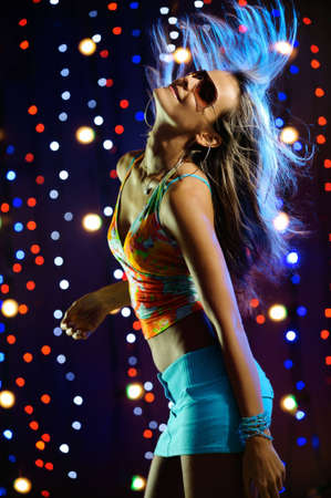 fiestas discoteca: Hermosa rubia de baile femenino