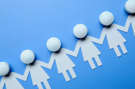 Chain of paper figures Stock Photo - 4113168