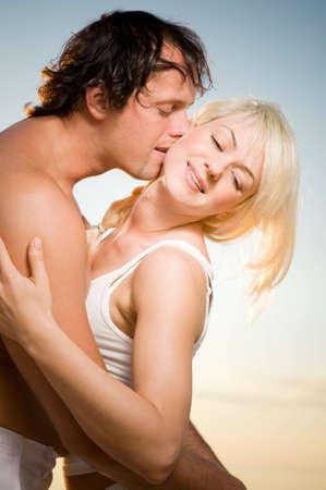 bacio sexy: Coppia sulla spiaggia Archivio Fotografico