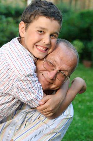 행복한 할아버지와 아이 야외