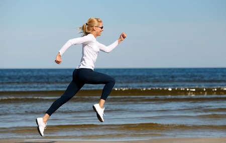 oefenen: Jonge vrouw die worden uitgevoerd op het strand