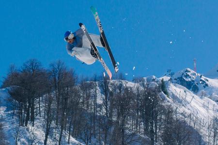 2017 04 Festival NewStarCamp: el esquiador salta de un trampolín alto Editorial