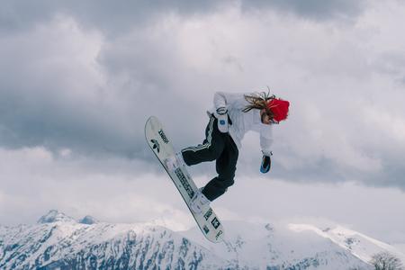 2017 04 Sochi, Rusia, Festival NewStarCamp: snowboarder salta de un trampolín alto