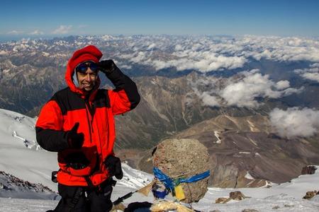 guadaña: A man makes a selfie on top of Mount Elbrus in a state of mountain sickness Foto de archivo