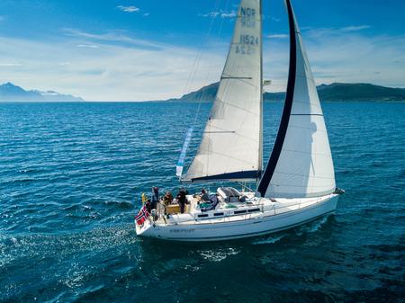 Luchtmening van varend jacht in Noorwegen Stockfoto