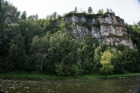 Ai の川の岩の多い風景