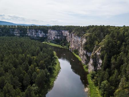 Ai の川の岩の多い風景。航空写真ビュー