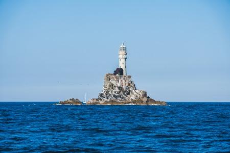Fastnet-Leuchtturm. Ein Blick vom Boot Standard-Bild