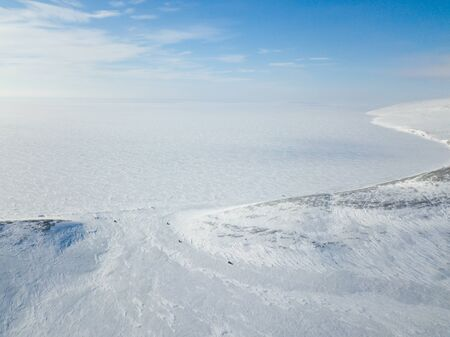 The cars rides on snow-covered tundra in the vicinity of the Arctic Ocean Standard-Bild