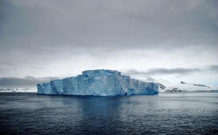 tabellare: enorme iceberg tabulare galleggianti in Antartide