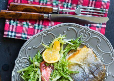 dish fish: Plato de pescados - pescados fritos y hortalizas