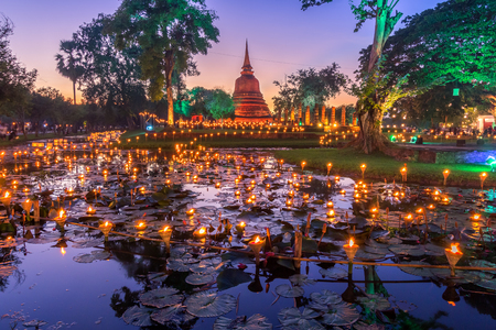 Sukhothai Co Lamplighter Loy Kratong Festival at The Sukhothai Historical Park covers the ruins of Sukhothai, in what is now Northern Thailand. Imagens