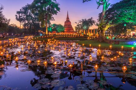 Sukhothai Co Lamplighter Loy Kratong Festival en el parque histórico de Sukhothai cubre las ruinas de Sukhothai, en lo que hoy es el norte de Tailandia.