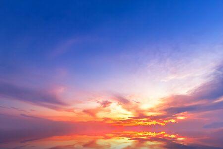 Hermosas nubes mullidas con fondo de puesta de sol por la noche. Foto de archivo