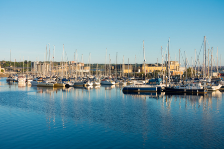 Sailing Yachts moored in Cardiff, Cardiff Bay, Wales, United Kingdom. Photo taken in the golden hour. Banco de Imagens
