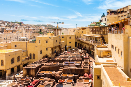 Fez, Morocco - May 07, 2017: Workers are dyeing leather at the tannery in Fez, Fes el Bali, Morocco, Africa 新聞圖片