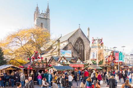 カーディフ、ウェールズ、イギリス - 2017 年 11 月 19 日: 人々 は、2017 年 11 月にカーディフ、イギリスのクリスマス ・ マーケットを訪問している間 報道画像
