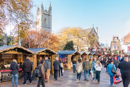 カーディフ、ウェールズ、イギリス - 2017 年 11 月 19 日: 人々 は 2017 年 11 月に晴れた日にカーディフ市内中心部のクリスマス ・ マーケットを訪れて