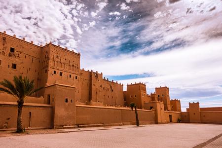 Nahaufnahme der Taourirt Kasbah, eine UNESCO-Welterbestätte, in Quarzazate, Marokko, Nordafrika, vor dem Hintergrund eines drastischen Himmels. Standard-Bild - 92005944