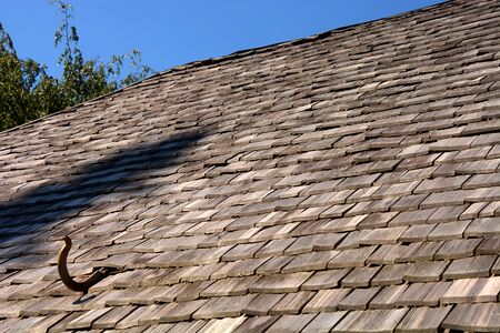 roof with wood shingles, wood shingles on a roof top of an old hut in bavaria Banco de Imagens