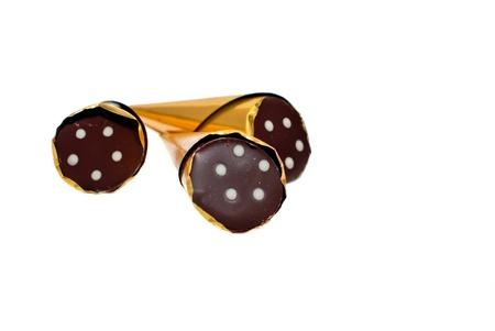 flèche double: Trois chocolats dans une feuille, isolé sur un fond blanc