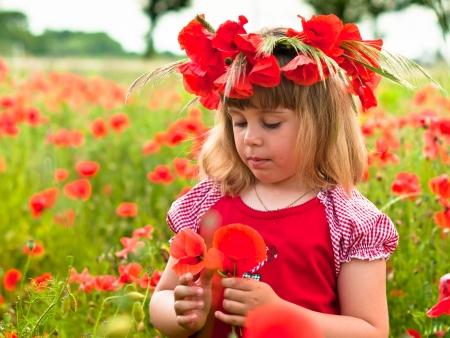 nahaufnahme: Little girl s portrait in poppies Stock Photo
